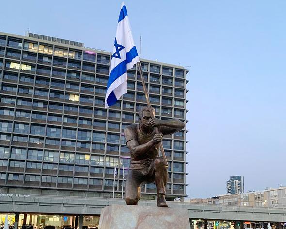 """הפסל """"גיבור ישראל"""" של האמן איתי זליאט שהוצב בכיכר רבין בת""""א"""