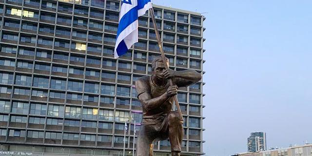 """פסל המחווה למפגינים שפונה על ידי המשטרה מכיכר פריז הוצב בכיכר רבין בת""""א"""