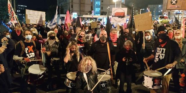 עימותים והשלכות ביצים: אלפים הפגינו נגד נתניהו