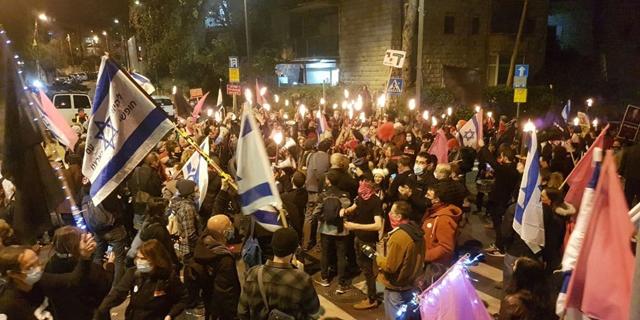 מפגינים בבלפור, צילום: אלכס גמבורג
