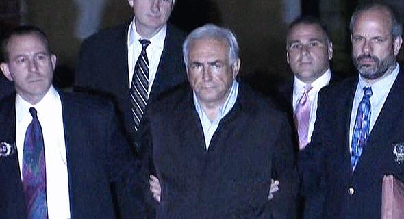דומיניק סטראוס קאהן בעת מעצרו בניו יורק. כשתוקפים מינית, לפעמים יוצאים בחופזה מהחדר, צילום: Netflix