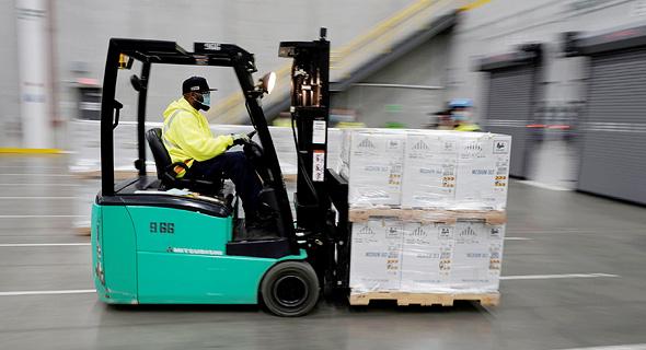 מעמיסים את החיסונים על המשאיות, צילום: רויטרס