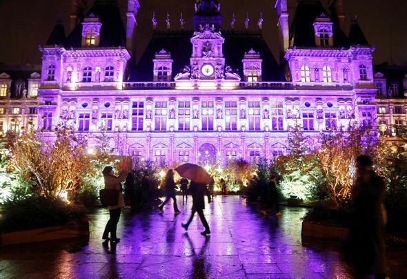 בניין העירייה של פריז, בשבוע שעבר. 14 אלף מקרים מאומתים ביום, צילום: רויטרס