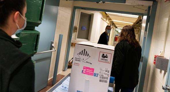 """משלוח חיסונים של פייזר בבי""""ח ברוד איילנד, ארה""""C"""