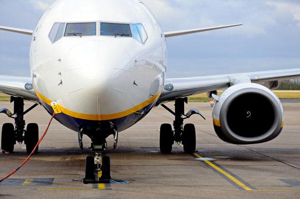 בואינג 737-800. שימו לב לבית המנוע שתחתיתו שטוחה