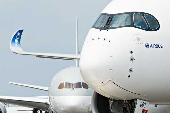 """איירבוס A350. שימו לב ל""""מסכה"""" סביב חלון הקוקפיט, צילום: שאטרסטוק"""