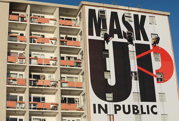 שלט בקייפטאון שקורא לעטות מסיכות, צילום: איי פי