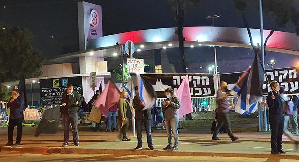 הפגנה נגד בנימין נתניהו ב בכניסה ל בית החולים שיבא תל השומר לפני ה חיסון חיבונים, צילום: שמוליק דודפור