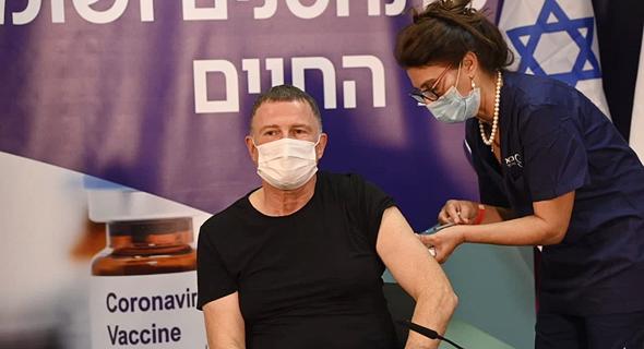שר הבריאות יולי אדלשטיין מקבל חיסון