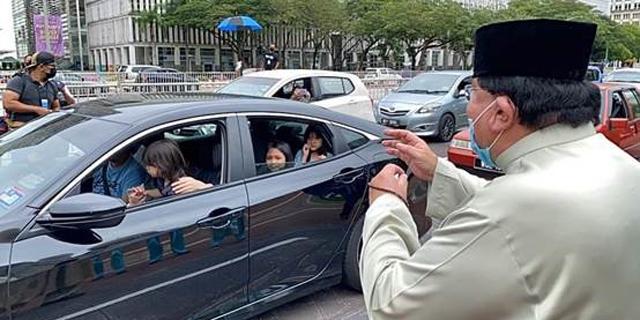 האורחים מגיעים במכוניות, צילום: facebook