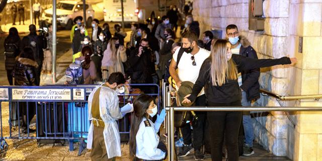 נוסעים ששבו מלונדון בכניסה למלון דן פנורמה בירושלים, צילום: עמית שאבי