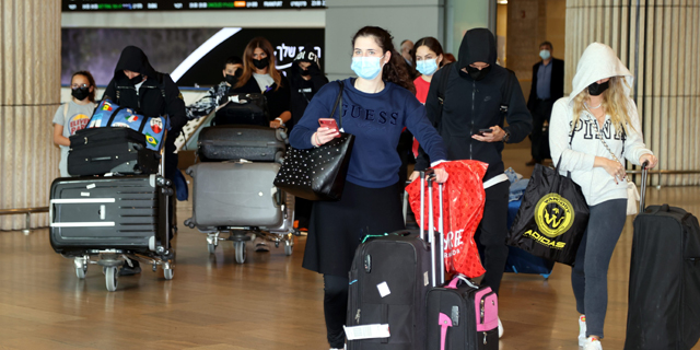 """נוסעים חוזרים בנתב""""ג, צילום: יריב כץ"""