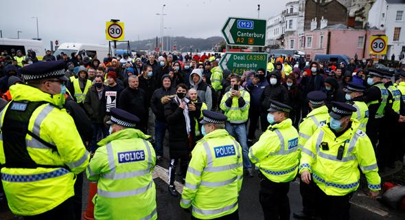 שוטרים ונהגי משאיות בדובר, בריטניה, היום, צילום: רויטרס