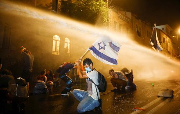 """תמונת השנה: מחאת הדגלים השחורים,  עודד בלילטי ל-AP. קיבל את פרס הדמוקרטיה מטעם """"שומרים"""", המרכז לתקשורת ודמוקרטיה בישראל, צילום: עודד בלילטי - AP"""