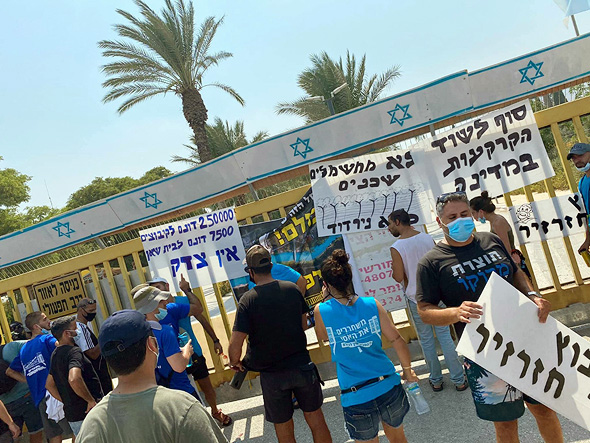 הפגנות בכל שבוע מול השער הסגור של הקיבוץ
