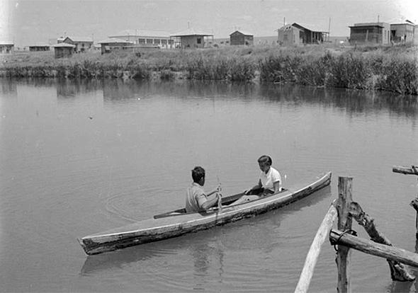 אנשי ניר דוד שטים במימי הנחל, בשנת 1940