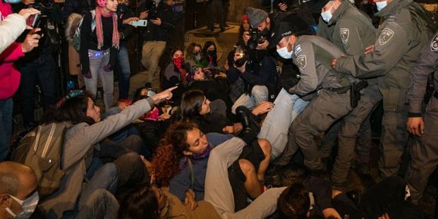 """כאלפיים מחו מחוץ למעון רה""""מ, מפגינים הותקפו בגבעת עדה ובראשל""""צ"""