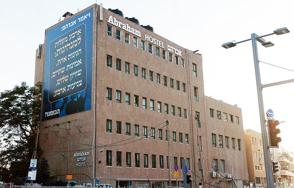 אברהם הוסטל. נרכש מבזק תמורת 180 מיליון שקל ויוסב לדירות להשכרה