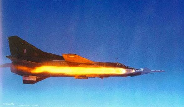 """מיג 23 משגר טיל R23. כדי שיפגע, המכ""""מ צריך לנעול את המטרה, צילום: missilery"""