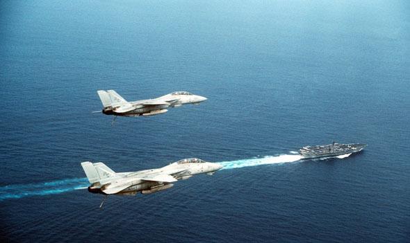מטוסי F14 מלווים את נושאת המטוסים ג