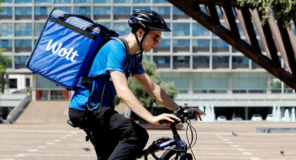 שליח של wolt רוכב על אופניים , צילום: עמית שעל