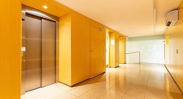 חדר מדרגות בבניין משותף. כל תקלה או הזנחה עלולה להוביל לתיקונים בעלויות נכבדות