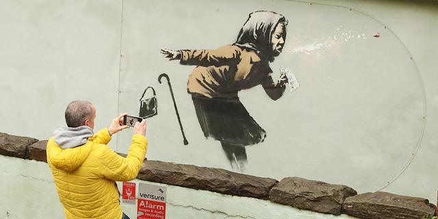 בעזרת הקורונה: אמן הרחוב בנקסי בדרך להיות פיקאסו