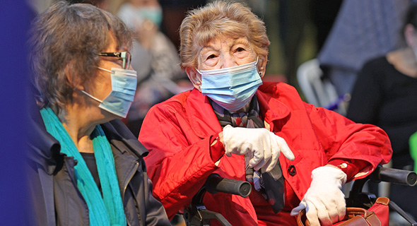שישות ממתינות לחיסון באיכילוב