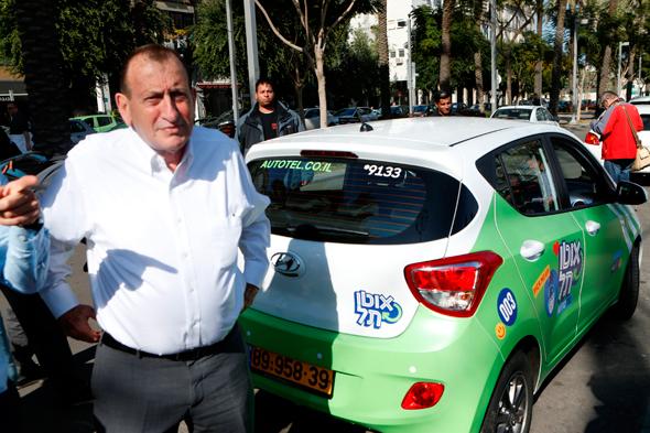 """ראש עיריית תל אביב רון חולדאי בעת השקת אוטותל ב־2017. """"כל רכב משרת 20 משפחות"""", צילום: עמית שעל"""