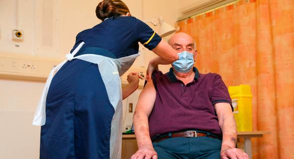 המחוסן הראשון בחיסון של אסטרה-זנקה , צילום: איי אף פי