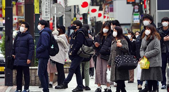 אזרחים בטוקיו. הממשלה מתכוונת להאריך את הסגר בכלכלה הנשענת על ייצוא