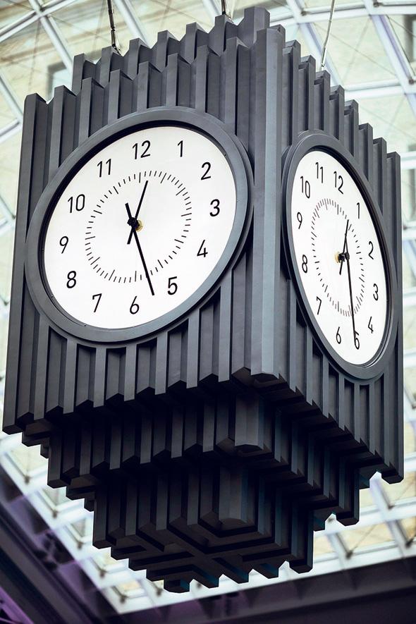 קוביית השעון התלויה במרכז החלל החדש, צילום: איי פי