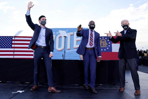 ג'ו ביידן עם המועמדים הדמוקרטים לסנאט בג'ורג'יה ג'ון אוסוף ורפאל וורנוק