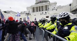 מפגינים עימותים מחוץ ל קונגרס וושינגטון, צילום: AP