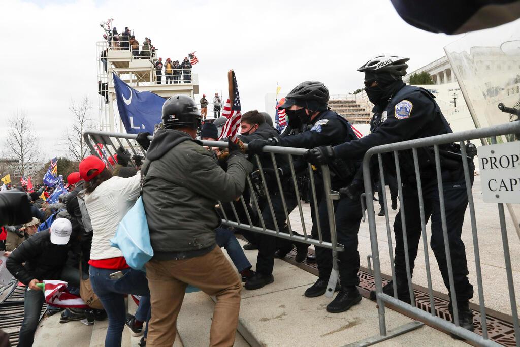 מפגינים עימותים מחוץ לקונגרס בוושינגטון