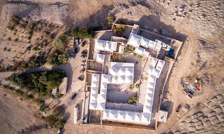 מתחם קבר נבי מוסא במבט על. ציון הקבר והמסגד במרכז במסביב התפשטות של עיר ימי ביניימית קטנה , צילום: שאטרסטוק