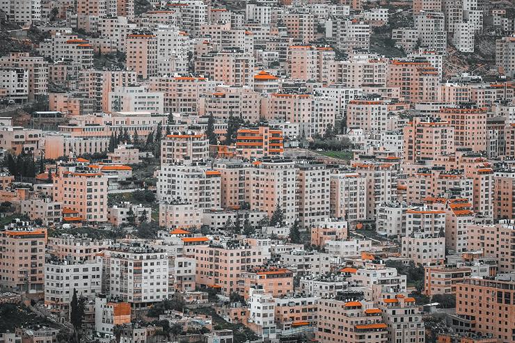 המעבר מבית בנחלה המשפחתית לדירה בבניין משותף מייצר שינוי תודעתי אצל הצעירים הפלסטינים, צילום: שאטרסטוק