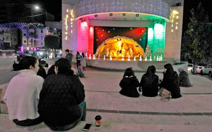 צעירים ברמאללה בחודש שעבר. ממש כמו אצלנו, המרחב הציבורי העירוני הפך למרכז של הסצינה התרבותית, בישיבה על הרצפה, צילום: איי אף פי