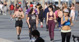 סגר שלישי טיילת תל אביב אנשים בלי מסכות, צילום: מוטי קמחי