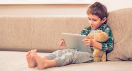 ילד רואה סרט יוטיוב טאבלט סגר קורונה, צילום: שאטרסטוק