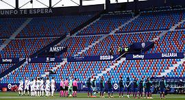 שחקני כדורגל עומדים מול יציע ריק לפני משחק של ה ליגה הספרדית, צילום: גטי אימג'ס