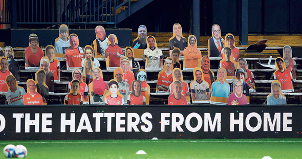 דמויות קרטון מדמות אוהדים במשחק בגביע האנגלי. נוכחות אוהדים מעודדת ייצור טסטוסטרון