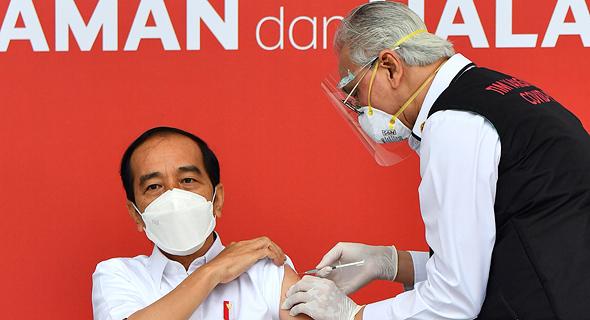 נשיא אינדונזיה ג'וקו וידודו מקבל חיסון לקורונה