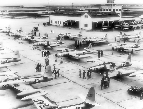 בסיס אווירי אמריקאי בשנות החמישים. הוסף פצצה ותבל לפי הטעם, צילום: USAF