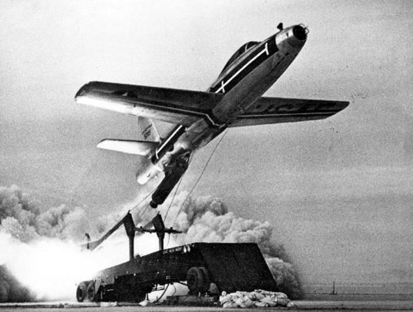מטוס F84 ממריא עם רקטה מגודלת. גם מטוסי F100 נבחנו בתצורה זו. הרוסים ניסו זאת על מטוסי מיג 19 והגרמנים - על F104, צילום: USAF