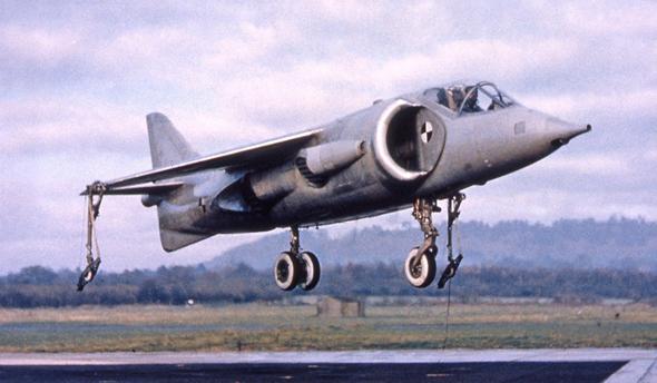 כונסי אוויר עצומים, אף חזרזירי, כנפיים קצרות. אב הטיפוס P1127, צילום: BAE Systems