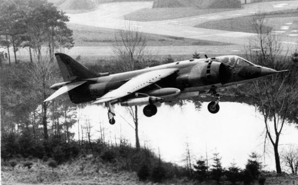 מטוס הארייר מדור ראשון (GR1) ממריא משולי ביצה; בעיית הפצצת המסלולים? פתרנו אותה , צילום: RAF