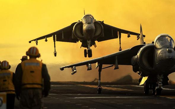מטוסי הארייר 2 אמריקאיים (AV8B) נוחתים