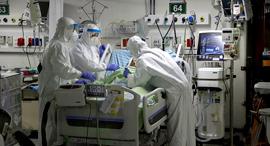 צוות רפואי במחלקת הקורונה בבית החולים בלינסון, צילום: יריב כץ