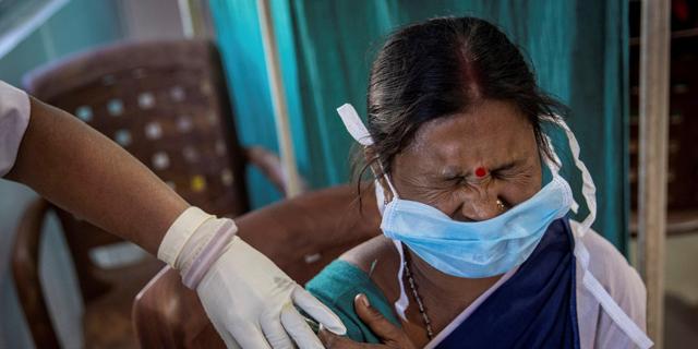 מתחסנת בהודו, צילום: רויטרס